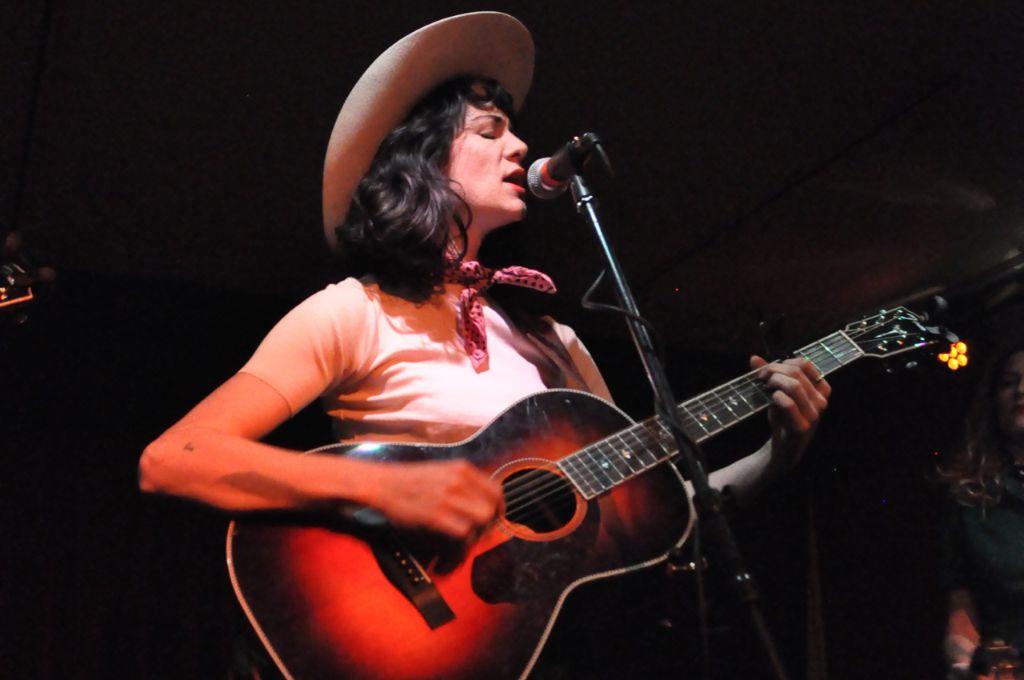 Im gut besuchten Goldmarks in Stuttgart spielt die Singer/Songwriterin Nikki Lane aus Nashville, Outlaw-Country. Weitere Bilder zeigt die Fotostrecke. Foto: Daphne R. Demetriou