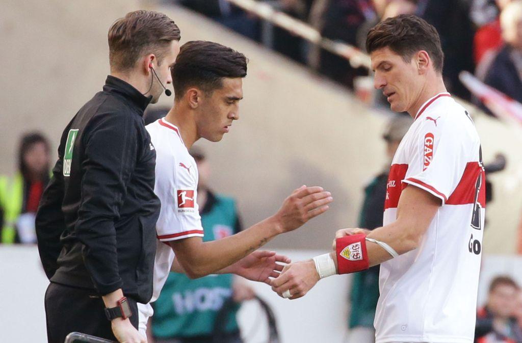 Wer ist der Kapitän? Mario Gomez (re.) vom VfB Stuttgart übergibt die Binde an Nicolas Gonzalez. Foto: Baumann