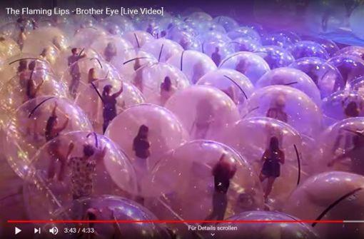 US-Band und Publikum bei Konzert in Gummikugeln