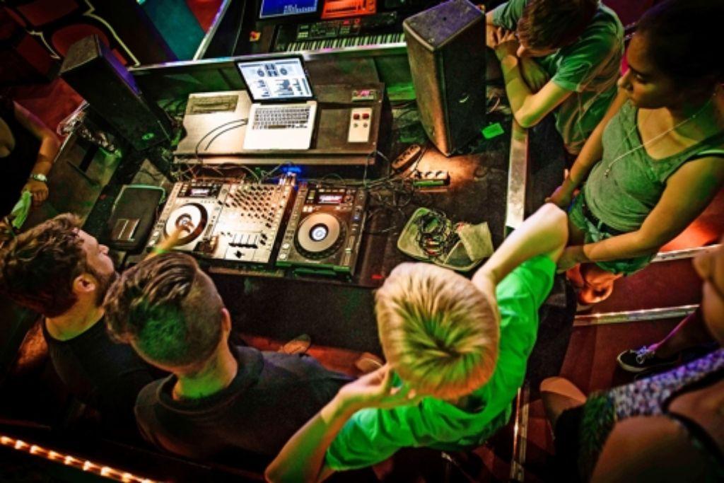 Ein DJ arbeitet heutzutage weniger mit Platten und mehr mit dem Rechner. Das vereinfacht das Mixen von Songs ungemein. Foto: Lichtgut/Leif Piechowski