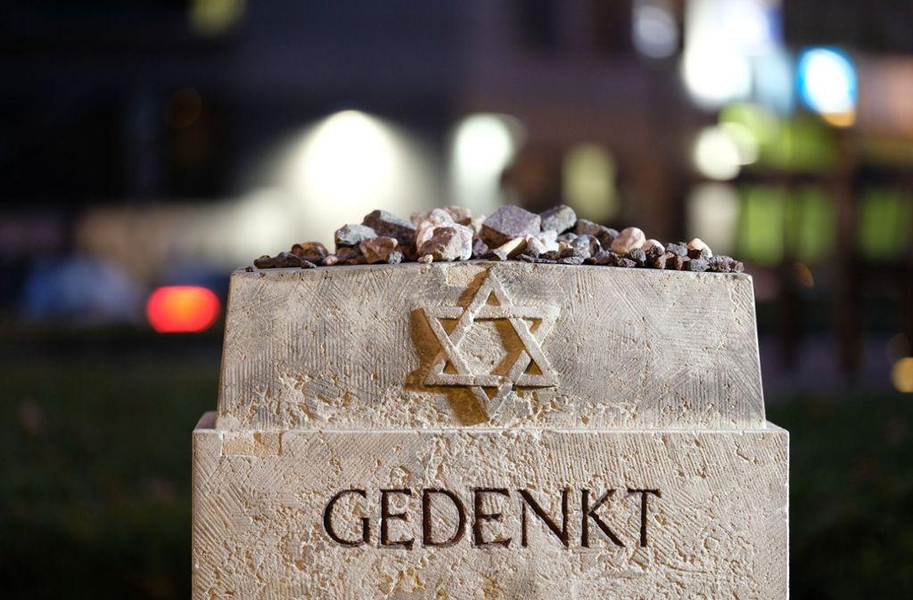 In vielen Städten finden Veranstaltungen zu den historischen Daten der deutschen Geschichte statt. Der Gedenkstein auf dem Bild steht in Leipzig. Foto: dpa