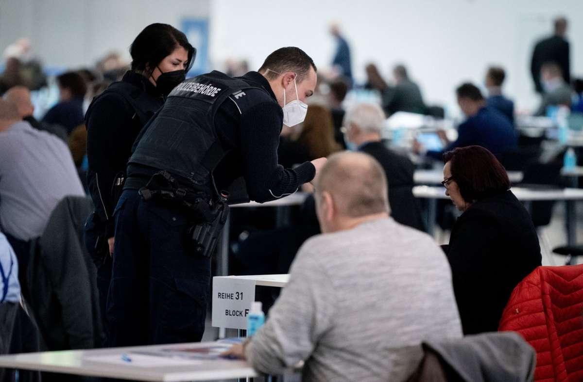 Mitarbeiter der Polizeibehörde überwachen in der Dresdener Messehalle beim Bundesparteitag der AfD das Hygienekonzept. Foto: dpa/Kay Nietfeld