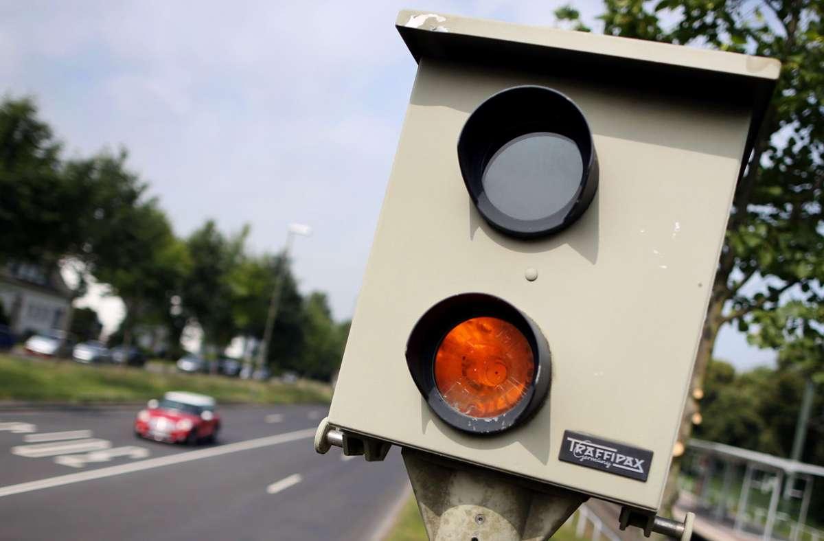 Ein stationärer Blitzer wurde in Mögglingen abgesägt. (Symbolbild) Foto: dpa/Martin Gerten