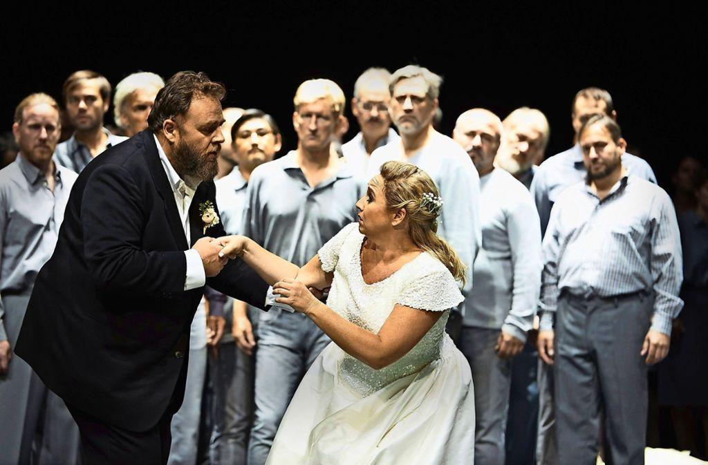 Treulich geführt: Michael König (li.) als Lohengrin, Simone Schneider als Elsa mit dem Staatsopernchor Foto: Michael Baus