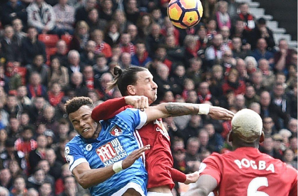 Ibrahimovic hat seinen Gegenspieler Tyrone Mings mit dem Ellenbogen im Gesicht getroffen. Foto: AFP