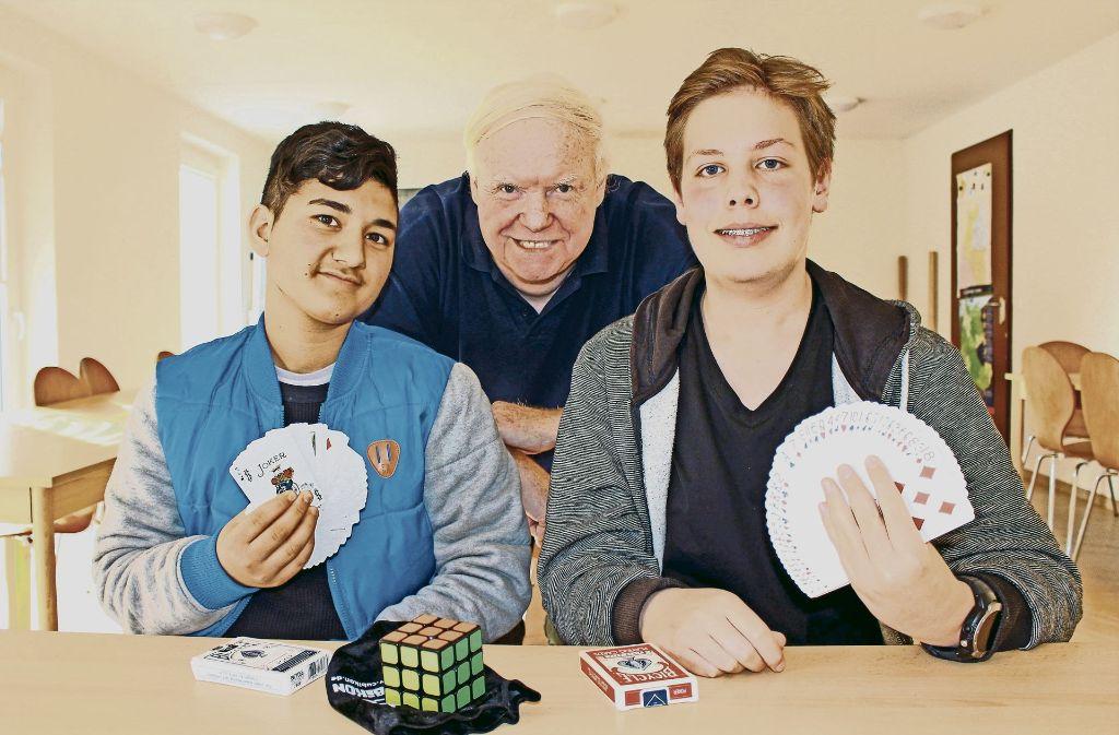 Hamid Wafaee (links) lernt von Eberhard Riese und Finn Bollheimer die Kunst der Magie. Foto: Caroline Holowiecki
