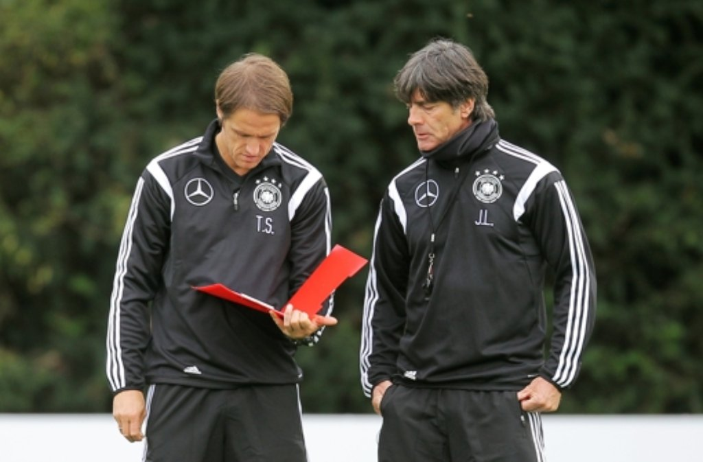 Thomas Schneider (links) legt als Assistent von Bundestrainer Jogi Löw los.  Foto: dpa