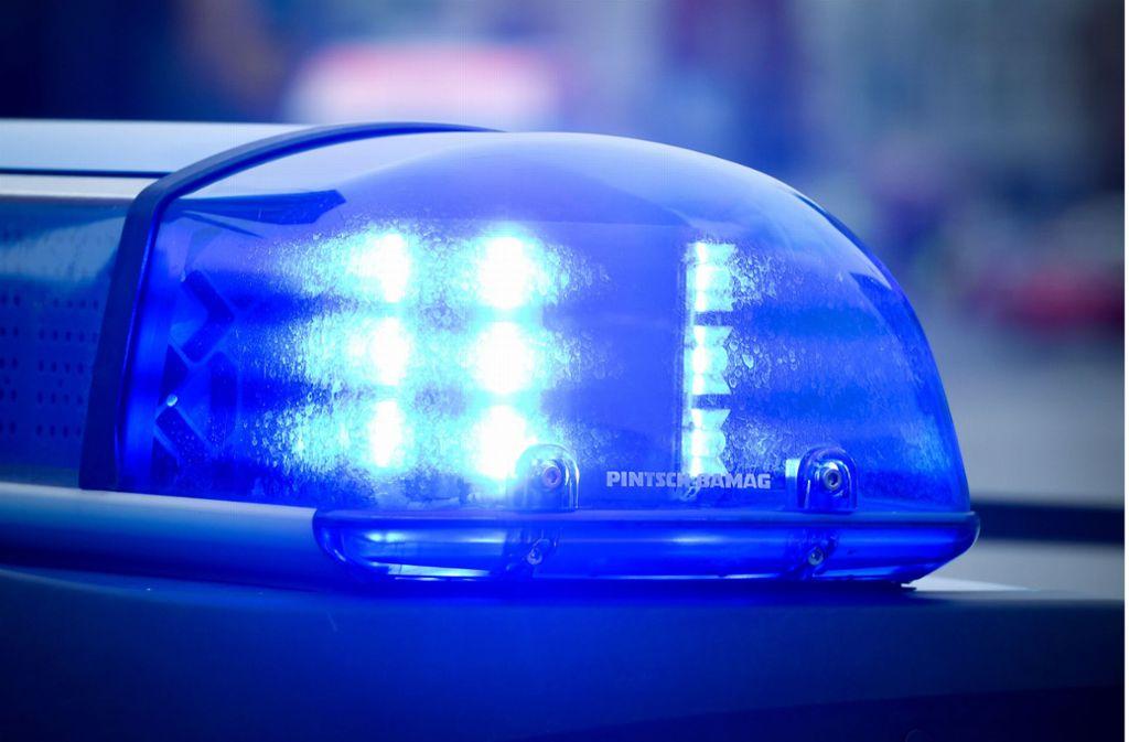 Die Polizei sperrte wegen des Unfalls die Straße. (Symbolfoto) Foto: dpa