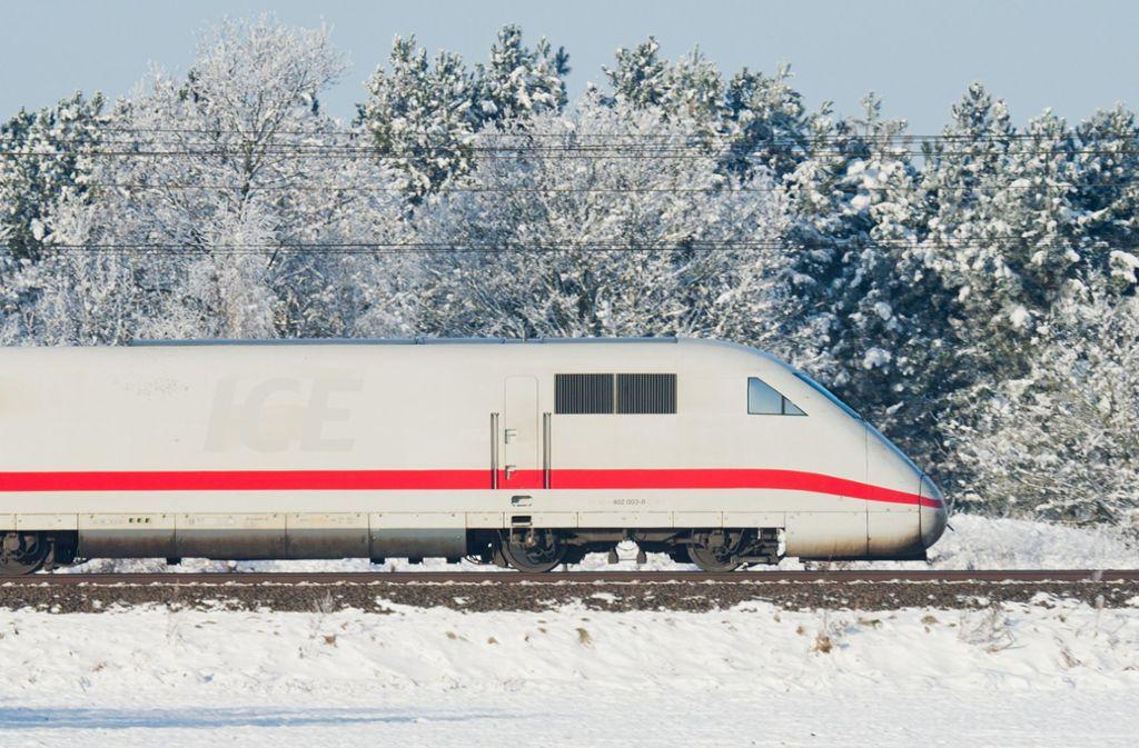 Ein ICE fährt durch die Schneelandschaft – EU-Staaten wollen künftig weniger Entschädigungsansprüche bei Verspätungen. Foto: dpa/Julian Stratenschulte