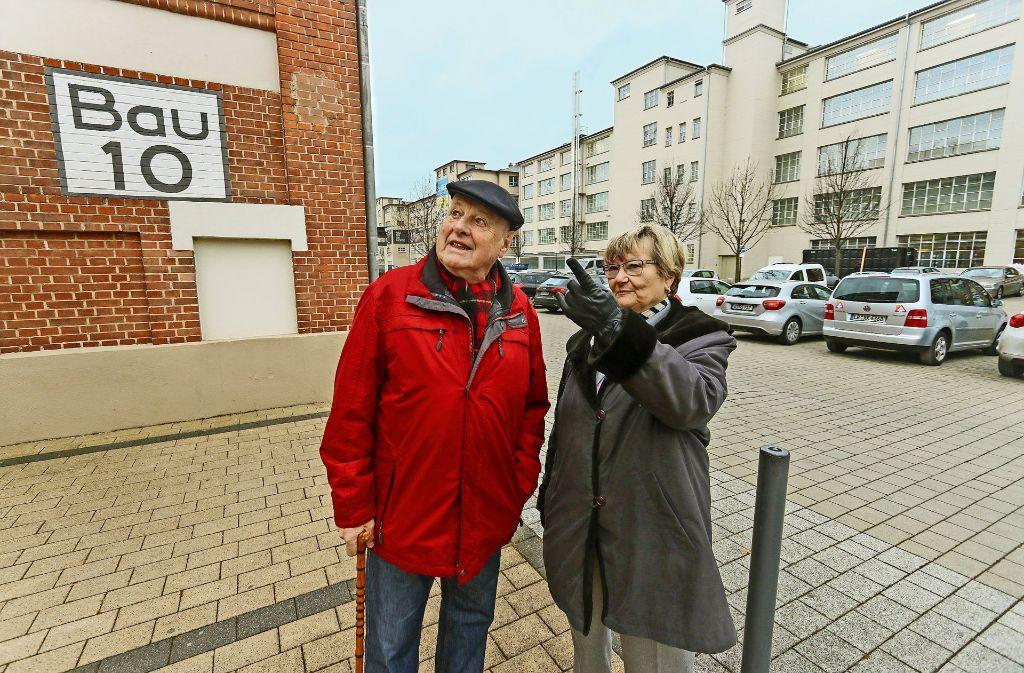 Die frühere Betriebsrätin Karin Rüffel und der ehemalige Pressesprecher Heinz Skrzipietz- besuchen ihre frühere Wirkungsstätte – auf dem ehemaligen Salamander-Areal  entstehen Wohnungen und Gewerbeflächen. Foto: factum/Granville