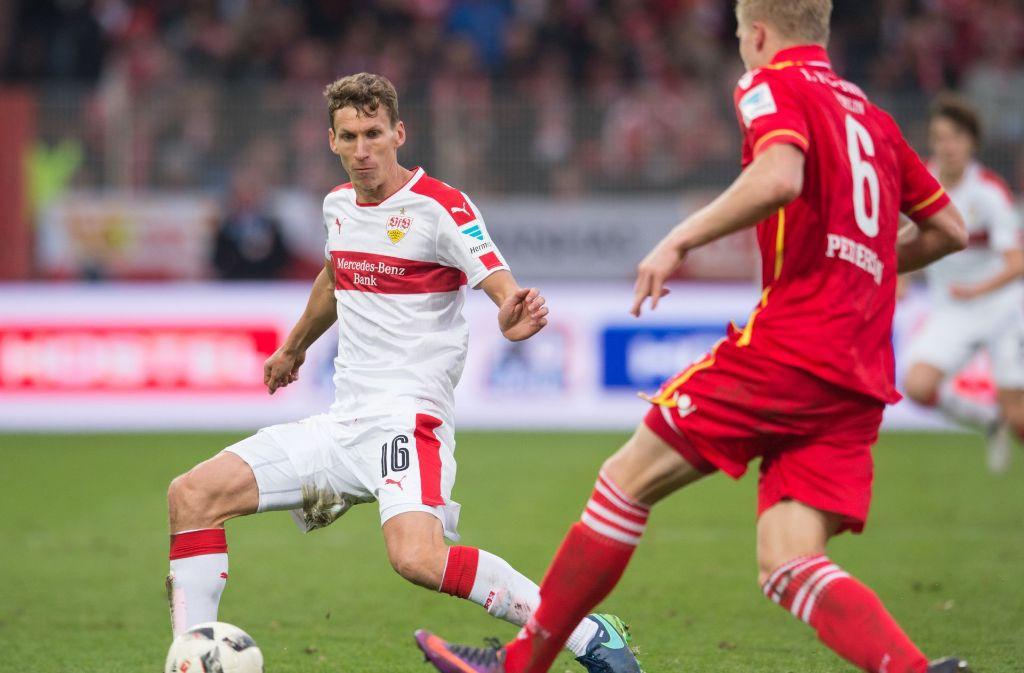 VfB-Spieler Florian Klein (links) steht offenbar im Fokus eines Bundesligisten. Foto: Pressefoto Baumann