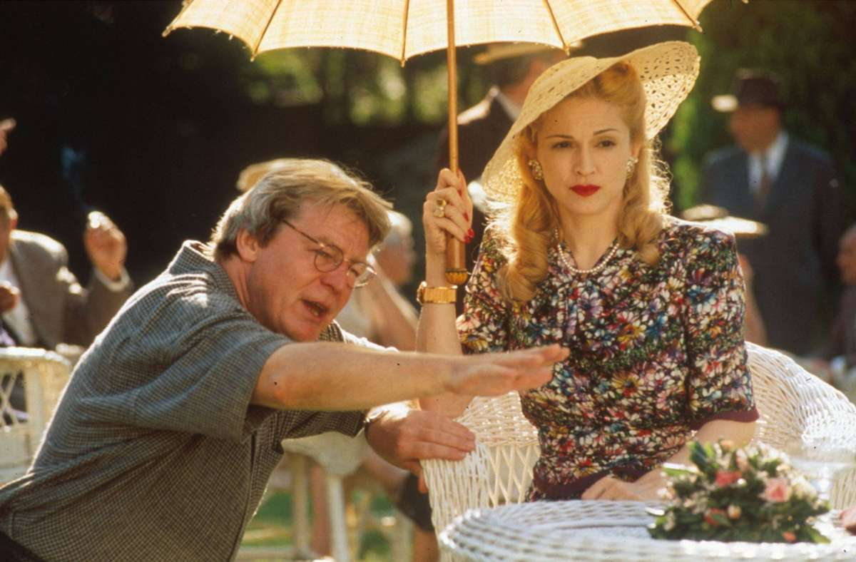 """Alan Parker mit Madonna im Jahr 1996 bei den Dreharbeiten des Filmmusicals """"Evita"""" Foto: imago//Everett Collection"""
