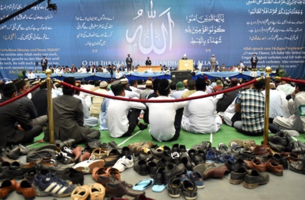 Hadhrat Mirza Masroor Ahmad (Mitte) ist das Oberhaupt der weltweiten Muslimvereinigung Ahmadiyya. Foto: dpa