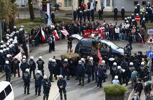 Die Polizei schirmt im Oktober 2012 eine Demonstration von Neonazis in Göppingen ab. Foto: dpa