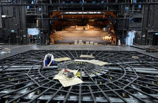 Sieht aus wie ein Spinnennetz, ist aber Theatertechnik: Die Drehbühne im Schauspielhaus, an der gearbeitet wird. Foto: dpa