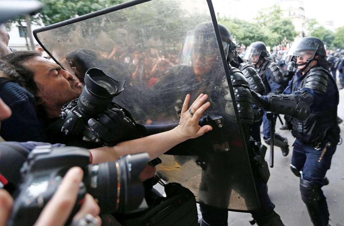 Die französische Polizei geht bei ihren Einsätzen oft mit großer Härte vor. Deswegen gibt es nun eine heftige Debatte im Land. Foto: dpa/Ian Langsdon