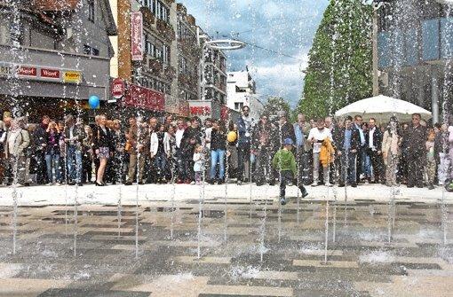 Wasserspiele am Elbenplatz: am Eingang zur Fußgängerzone sprudelt es aus 25 Düsen. Den Auftakt am Samstag hielt mancher  Festbesucher mit der Kamera  fest. Foto: factum/Granville