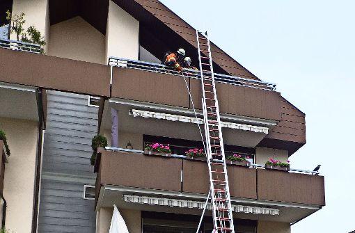 Mit zwei Leitern  in den dritten Stock – zum rauchenden  Blumenkübel