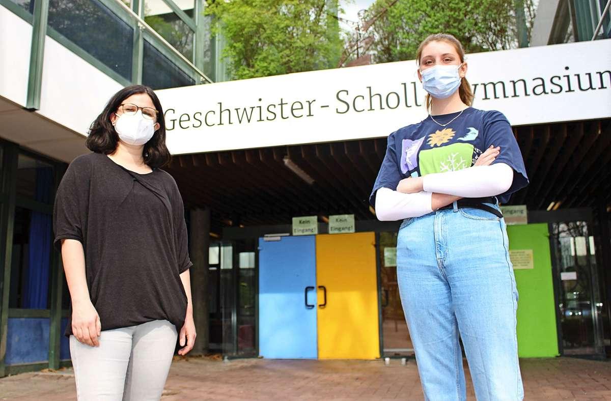 Sophie Scholl wäre am 9. Mai 100 Jahre geworden. Lehrerin Kathrin Streif (l.) sowie Maite Homberg und andere Schüler haben zu diesem Anlass Aktionen geplant. Foto: Caroline Holowiecki