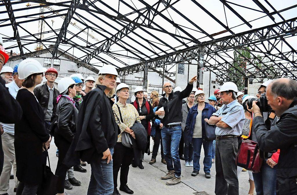 Bauleiter Michel Casertano führt durch die himmelweit offenen Wagenhallen. Foto: Georg Linsenmann