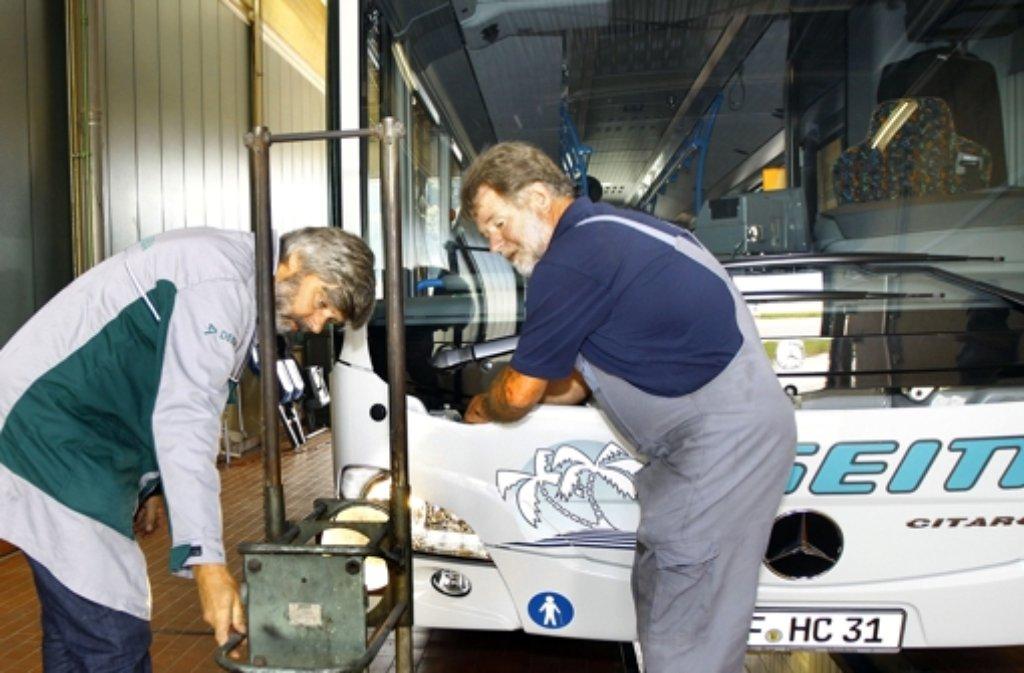 Der Busdoktor checkt die Fahrzeuge auf Herz und Nieren Foto: Rebstock