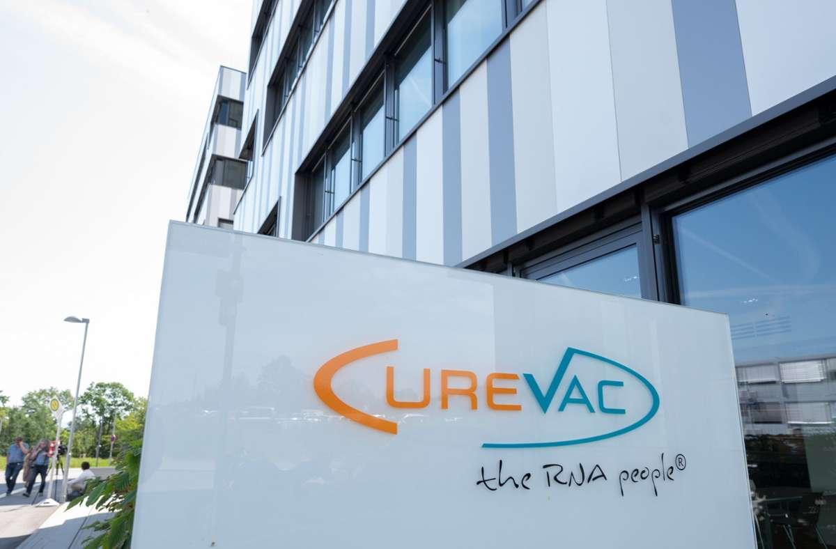 Die Bundesforschungsministerin macht in der Unternehmenszentrale von Curevac in Tübingen  ihre Aufwartung. Foto: dpa/Bernd Weissbrod
