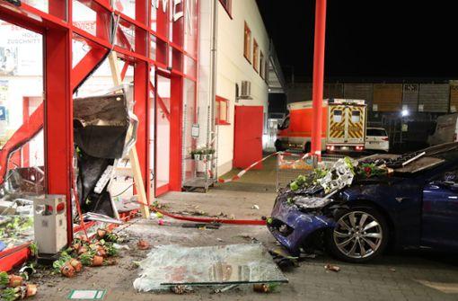 Auto kracht in Eingangsbereich – 76-Jährige von Briketts verschüttet und  getötet