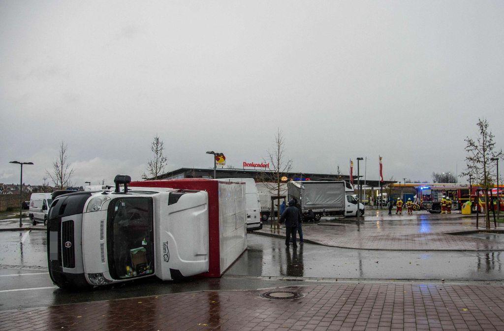 In Denkendorf sind zwei Kleinlaster umgekippt. Foto: SDMG