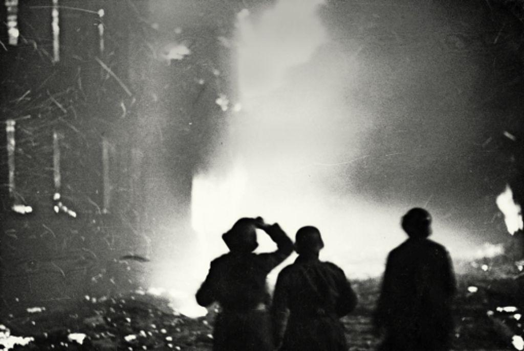 Feuerwehrleute im Angesicht der brennenden Stadt  am 4. Dezember 1944.Als Heilbronn brannte, waren sie noch Kinder: die Zeitzeugen Adolf Klett, Margarethe Weeber,   Hans Müller, Helmut KohfinkFotos:Fritz Foto: Stadtarchiv Heilbronn
