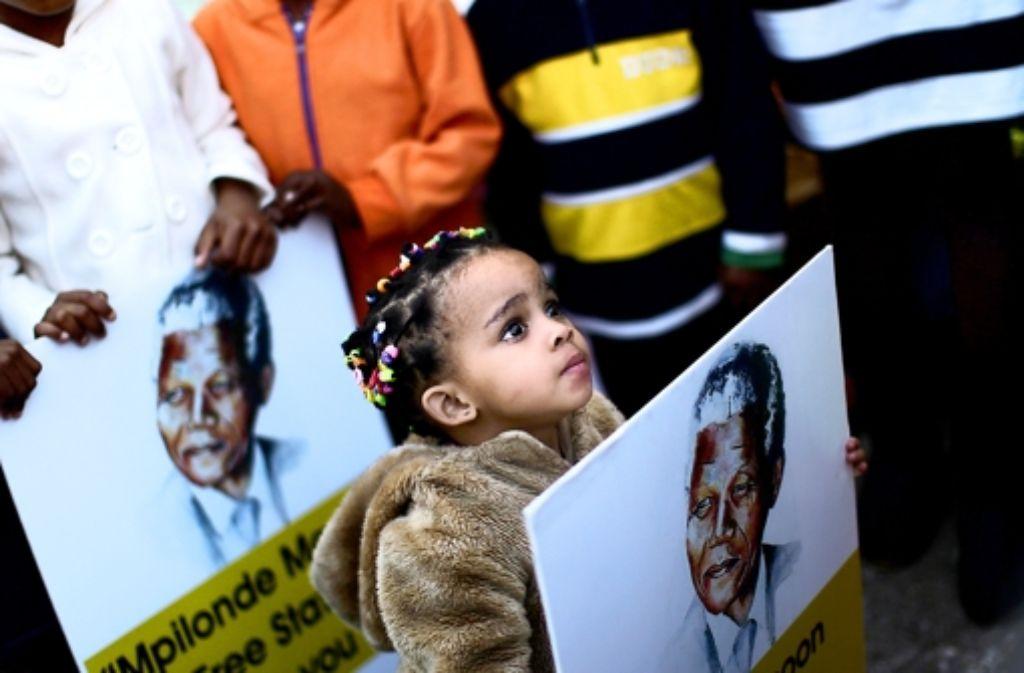 Vor dem Krankenhaus zeigen Menschen ihre Solidarität mit Nelson Mandela. Foto: AP