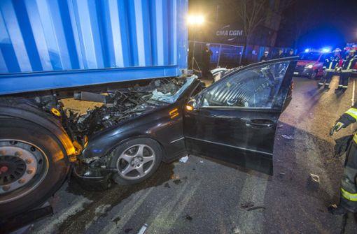 28-jähriger Autofahrer fährt in Lastwagen