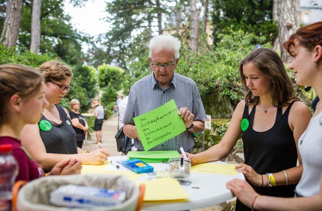 Baden-Württembergs Ministerpräsident Wilfried Kretschmann ist vom politischen Engagement der Jugendlichen beeindruckt. Foto: dpa