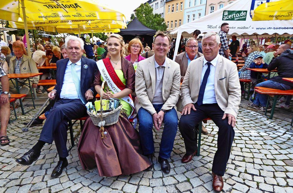 Oberbürgermeister Bernhard Schuler neben der Moorprinzessin Sarah-Luise Rother, Thüringens Ministerpräsident Bodo Ramelow und Lobensteins Bürgermeister Thomas Weigelt. Foto: Stadt Leonberg
