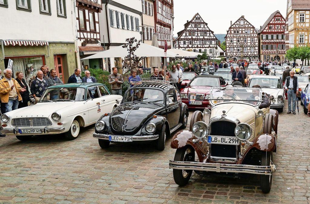 Applaus für die betagten  Schätzchen. Fast 90 Oldtimer fahren am Sonntag auf dem Marktplatz vor. Foto: factum/Jürgen Bach
