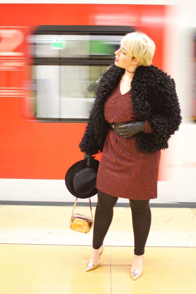 Blickfang des Outfits ist eindeutig das rote Glitzerkleid, das die 24-Jährige zwar online geshoppt hat, ein ähnliches aber sicherlich auch in ihrem Lieblingsladen Geschwisterliebe (Breite Str. 4) finden würde. Foto: Tanja Simoncev