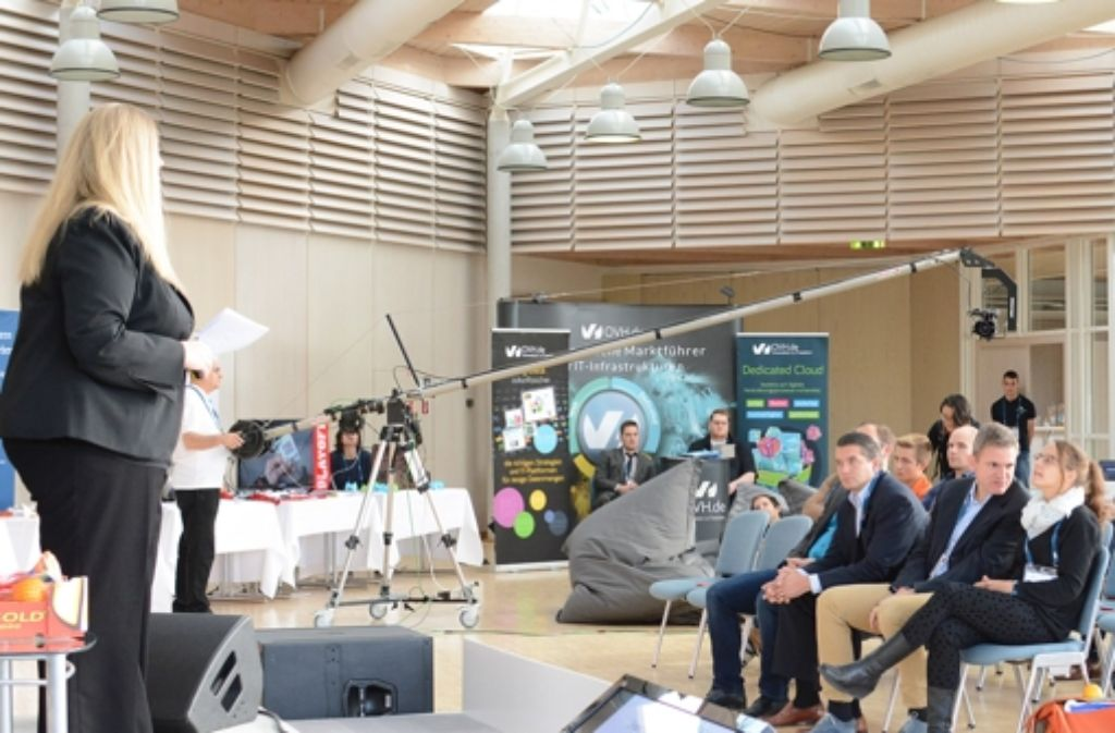 Das Publikum in  Aichwald wird durch eine deutlich größere Anzahl von Teilnehmern im Livestream komplettiert. Foto: