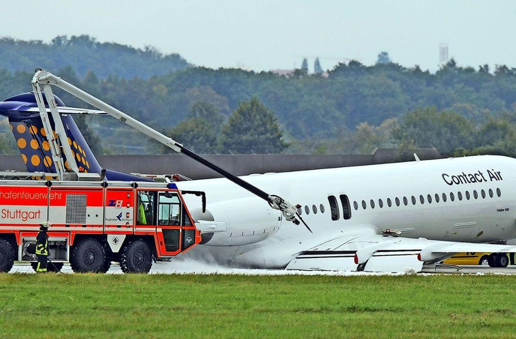 In Stuttgart musste im September 2009 eine Fokker 100 auf einem Schaumteppich notlanden. An Bord waren 87 Passagiere, darunter  SPD-Chef Franz Müntefering. . Foto: dpa