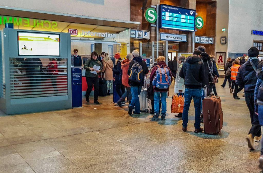 Lange Schlangen an den Infoständen am Stuttgarter Hauptbahnhof Foto: 7aktuell/Max Kurrer