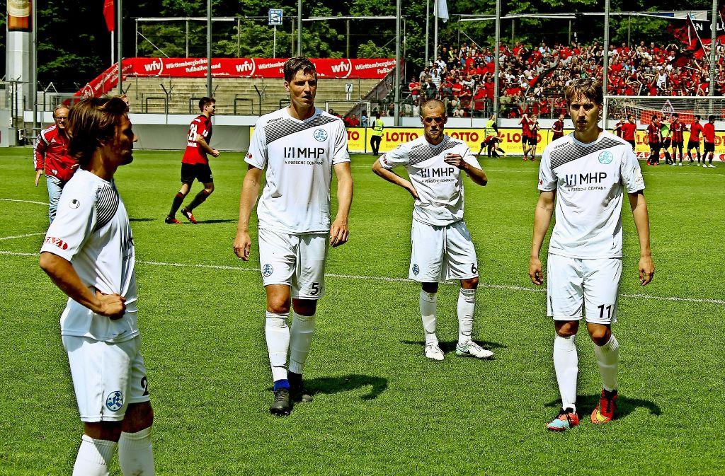Fassungslos: Die Kickers-Spieler haben eine große Chance verpasst. Foto: Baumann