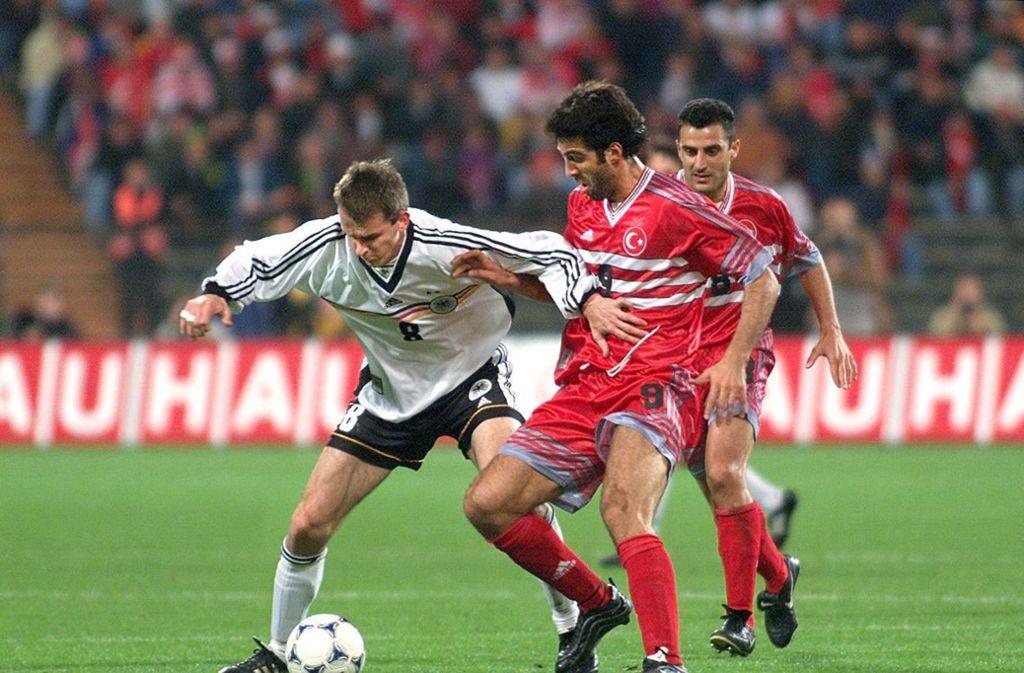 Hakan Sükür beim Länderspiel gegen Deutschland 1999 in München. Foto: Baumann