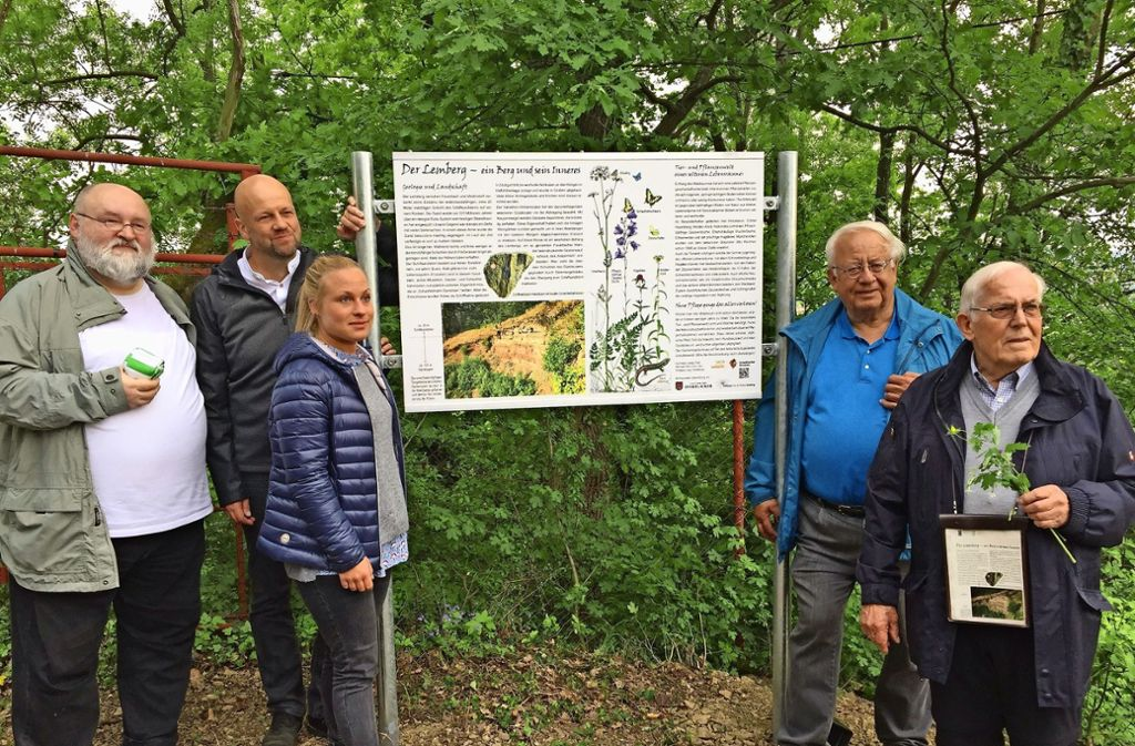Die neue Tafel  informiert über den Lemberg und das Kotzenloch im Naturschutzgebiet. Foto: privat
