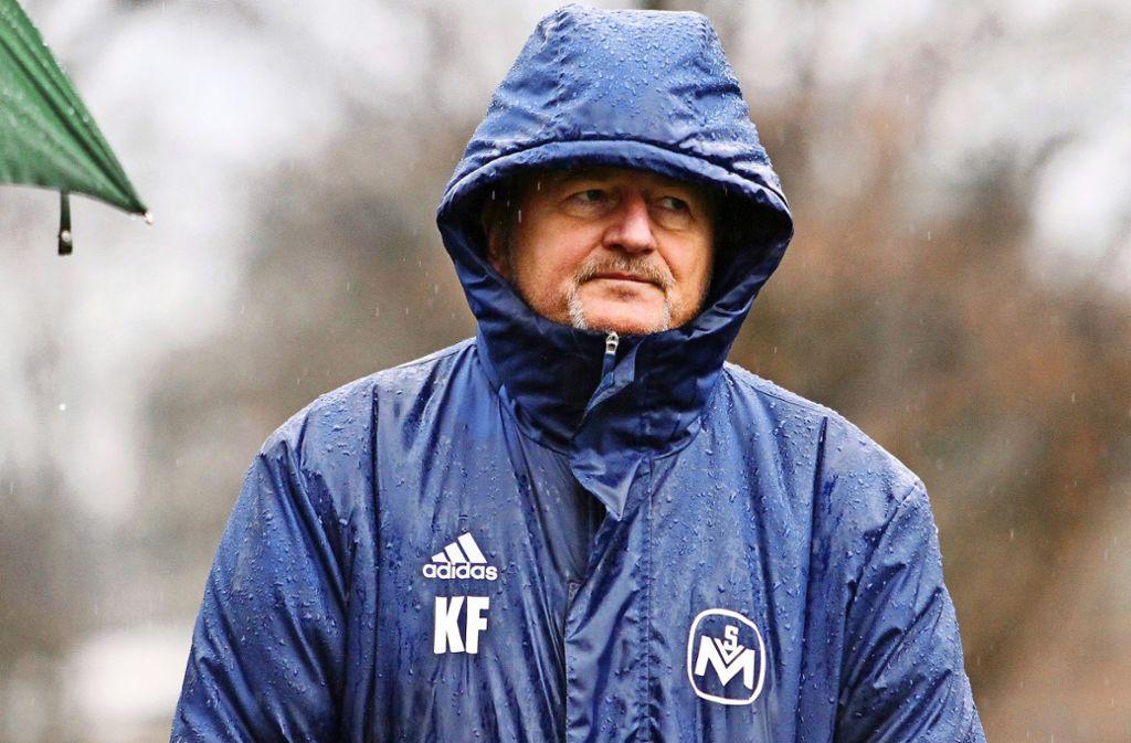 Der Trainer Karl-Heinz Fuhrmann im Regen – allerdings nur witterungsbedingt, nicht im übertragenen Sinn. Klar ist: er behält seinen Job in Möhringen. Foto: Yavuz Dural
