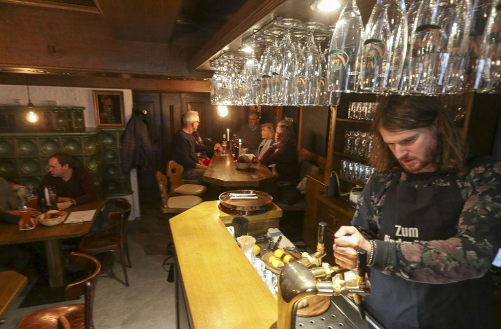 Sebastian Riedmüller zapft selbst gebrautes Craft Beer. Foto: factum/Granville