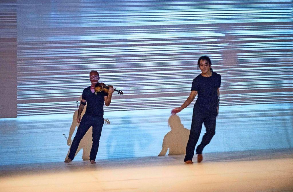 """Der Improvisationsmusiker Harald Kimmig trifft in """"Interface"""" auf den Tänzer Hideto Heshiki. Foto: Marc Doradzillo / Sechs Tage frei"""