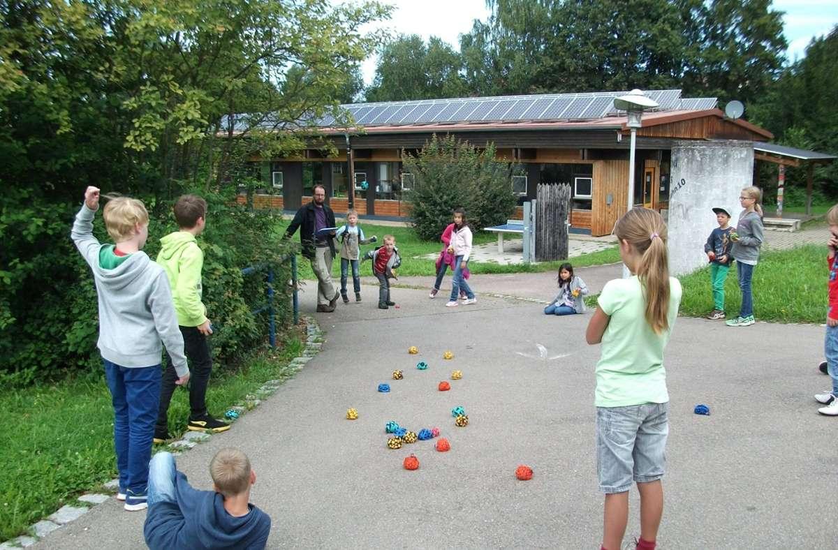 Beim Crossboule am Jugendhaus in Hochdorf sind jedes Jahr viele Kinder und Jugendliche dabei. Anders als in der klassischen Variante wird mit Stoffsäckchen gespielt. Foto: oh