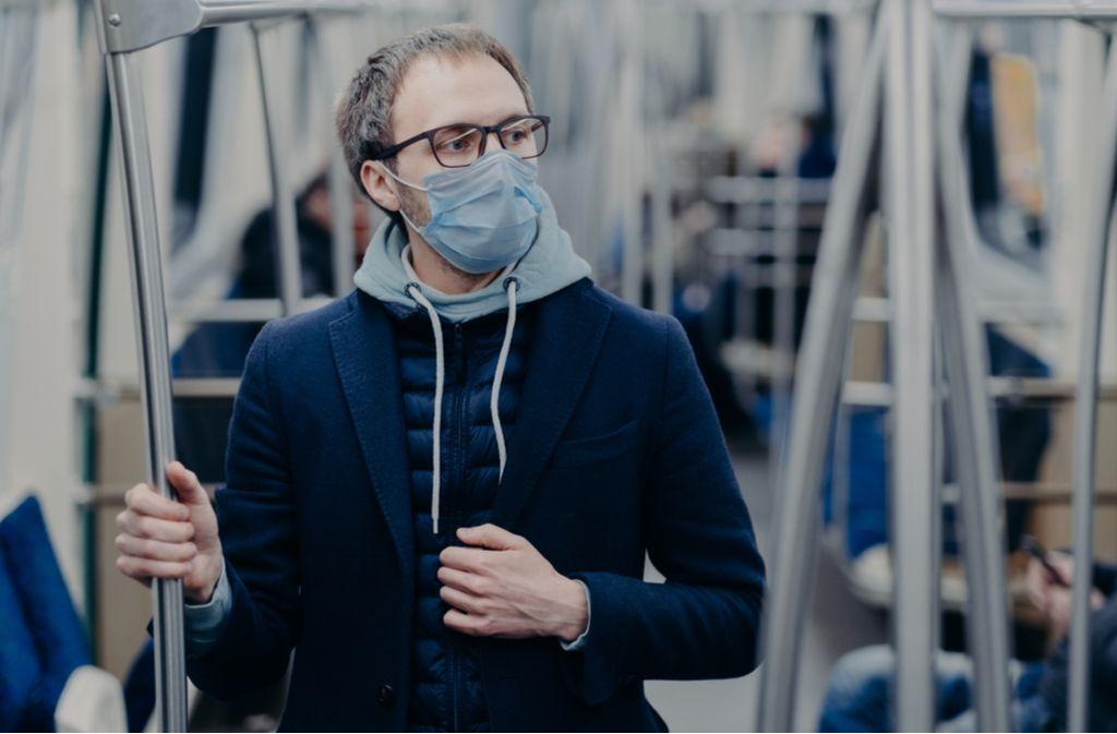 Mundschutz für Brillenträger: Was tun, wenn die Brille beschlägt? Foto: VK Studio/Shutterstock