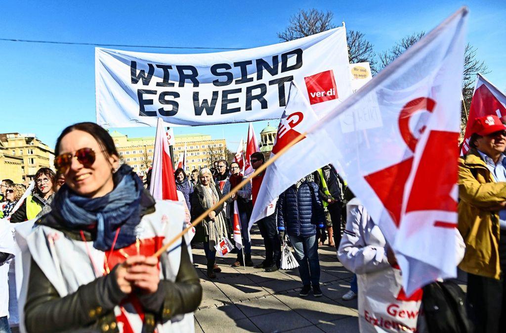 Ganz ohne Protest und Streik (hier ein Bild aus Stuttgart von 2019)  haben die Gewerkschaften des öffentlichen Dienstes einen Tarifvertrag zur Kurzarbeit vereinbart. Foto: dpa/Sebastian Gollnow