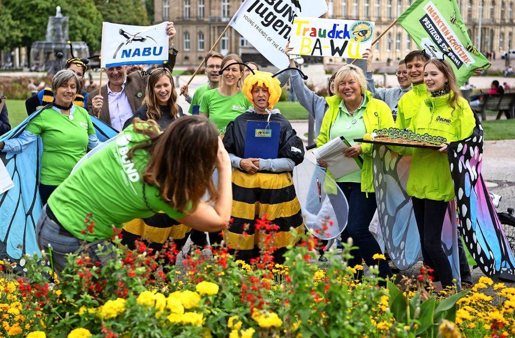 Naturschützer bei der Unterschriftensammlung für das Volksbegehren in Stuttgart Foto: dpa/Marijan Murat