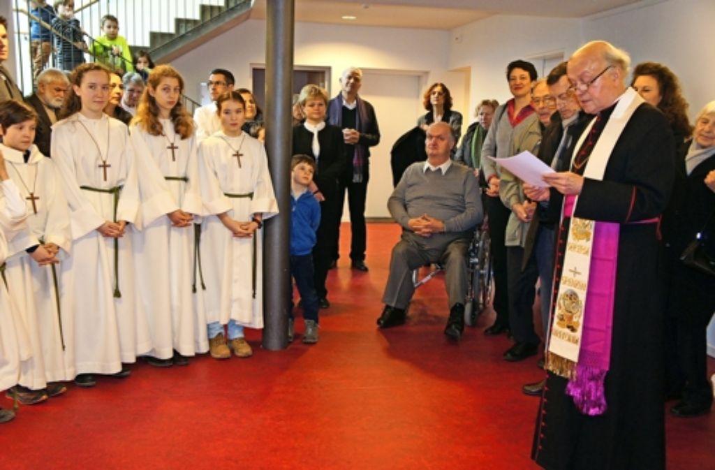 Prälat Bernhard Krautter segnete das sanierte Gemeindezentrum. Foto: Ursula Vollmer