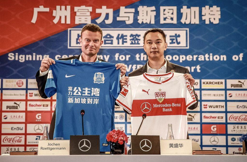 Marketingvorstand Jochen Röttgermann bei der Vertragsunterzeichnung im chinesischen Guangzhou. Foto: VfB Stuttgart